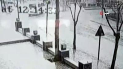 Rögar kapağına düşen yıldırım patlamaya neden oldu... Vatandaşın havaya fırladığı anlar kamerada