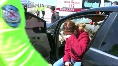 kadin surucu -  Yolun karşısına geçmeye çalışan kadına çarptı, 'Arabam ne hale geldi' diye hüngür hüngür ağladı