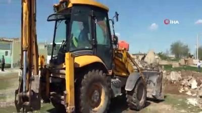 Harran kümbet evlerinin çevresindeki beton yapılar yıkıldı
