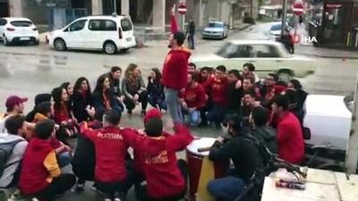 galatasaray -  O anlar kamerada... Tezahürat yapan Galatasaraylı taraftarlara otomobil böyle çarptı