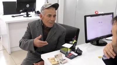 banka karti -  Yaşlı adam yolda buldu, düşünmeden belediyeye teslim etti