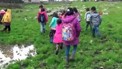 Mahallelerinde yol olmayan öğrenciler, 1 kilometre yürüyüp servis araçlarına biniyor