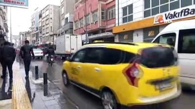 Kilis'te son 60 yılın yağış rekoru...Yağmurda arabalar ve yayalar suyun içinde kaldı