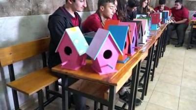 Öğrencilerden kuşlara rengarenk yuva