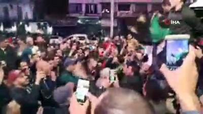 - Cezayirliler Buteflika'nın İstifasını Kutluyor