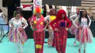 Çocuk gelişimi öğrencileri gösteride kendi diktikleri kostümlerle oynadı İzle