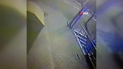 Sultanbeyli'de elbise geri dönüşüm kutusunun yakılma anı kamerada