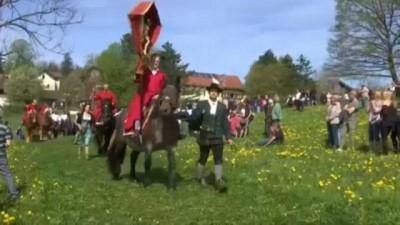 Almanya'nın Bavyera eyaletinde, at üstünde orta çağ kıyafetleriyle sıra dışı paskalya kutlaması