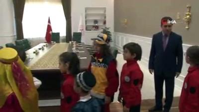 Bakan Koca, makam koltuğunu küçük Kayhan'a devretti