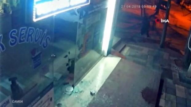 hirsiz -  Cam kapıyı tuzla buz edip bir dakikada dükkanı boşaltan hırsızlar kamerada