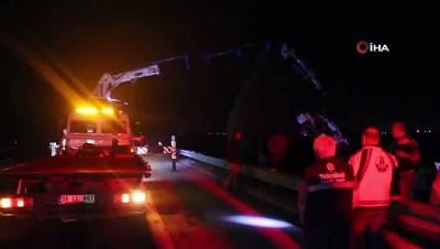 İzmir-Aydın Otoyolunda kamyon ile otomobil şarampole uçtu