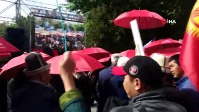 hapis cezasi -  - Kırgızistan'da Eski Milletvekilleri İçin Kırmızı Şemsiyeli Protesto