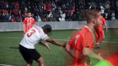 Süper Lig'de fırtınalar estiren Serge Djiehoua, Sarayköy'de 'okey' oynuyor