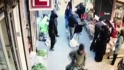 en yasli kadin -  Eşekle pazaryerine böyle girdiler...Kadını yere düşürdüğü için çocuklara tokat atmak isteyen yaşlı adam da takılıp yere düştü