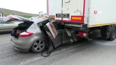 Otomobil TIR'ın altına girdi: 22 yaşındaki genç kız hayatını kaybetti