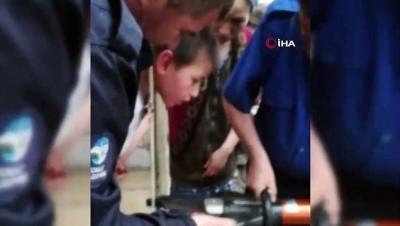 korkuluk -  6 yaşındaki çocuk kafasını demir parmaklıklara sıkıştırdı, itfaiye ekipleri böyle kurtardı