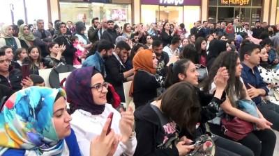 sinema filmi -  'O iş bende' filmi oyuncuları Diyarbakır'da hayranlarıyla buluştu