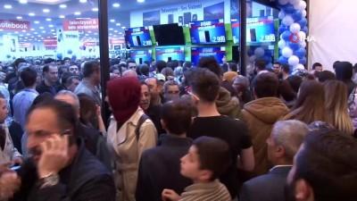 Teknoloji ürünleri satan mağazanın açılışında izdiham...Vatandaşlar saat 10.00'daki açılış için gece yarısından kuyruğa girip birbirini ezdi