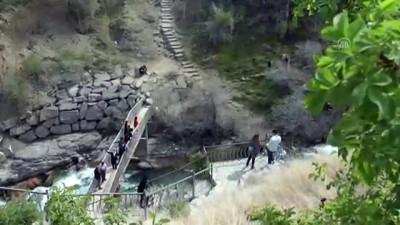 'Bahar renkli' Tortum Şelalesi ziyaretçilerini büyülüyor - ERZURUM
