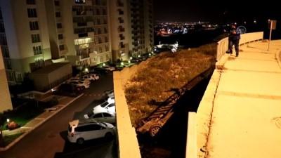 korkuluk - Demir korkulukları aşan otomobil 3 metre aşağıya düştü: 4 yaralı - İZMİR