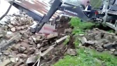 mustakil ev -  İstinat duvarı evin üzerine çöktü