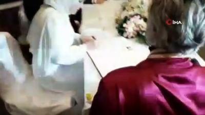 Nikahında baskıya dayanamayan polis damat ayağını gelinin önüne uzattı