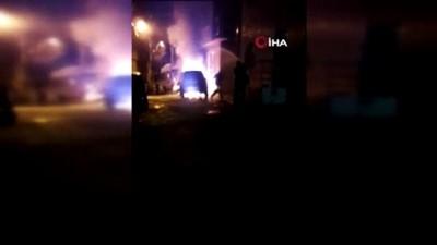 itfaiye araci -  Yanan otomobile mahalle sakinleri hortumla müdahale etti
