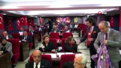Isparta Belediye Meclisi'nin ilk birleşiminde güller açtı