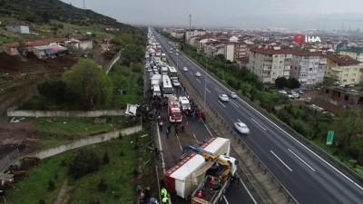 Kocaeli TEM'de hayvan yüklü tır yola devrildi... 20 kilometrelik araç kuyruğu havadan görüntülendi