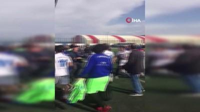 Türkiye U17 Şampiyonası'nda tekmeler ve yumruklar havada uçuştu...Kavga anları kamerada