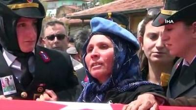 Şehit annesi: 'Ben seni vatan için yetiştirdim. Hainlerin yüzünü güldürmeyeceğim ağlamayacağım'