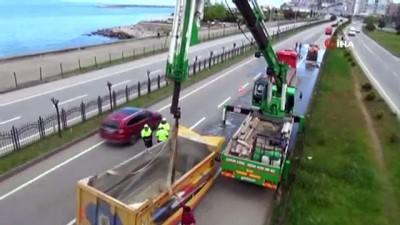 Damperi açılan hafriyat kamyonu üst geçide çarptı