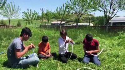 Ağaç dalından yaptıkları okla 'hayalleri'ne atış yapıyorlar - DİYARBAKIR