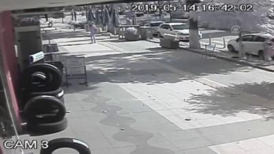 Binadan kopan mermerin kaldırımda yürüyen vatandaşların yanına düşme anı - ÇANKIRI