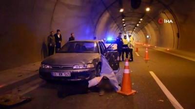 Tünelde arıza yapan otomobilini iterken canından oldu