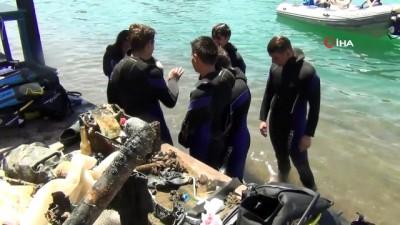 Ayvalıklı gençlerden deniz dibi temizliği
