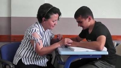rehber ogretmen - Bayındırlı görme engelli diplomasını aldı - İZMİR