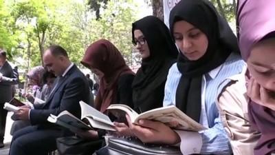genclik merkezi - Vali gençlerle meydanda kitap okudu - KAYSERİ