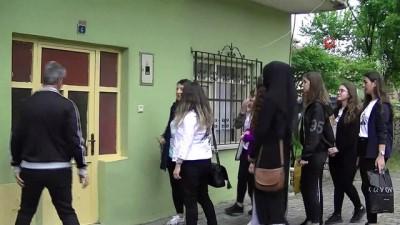 Meslek lisesi öğrencileri hasta ve yardıma muhtaç yaşlıların evini boyayıp temizliyor