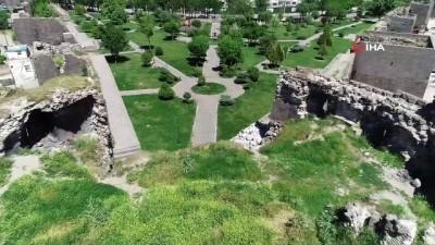 Tarihi surlar ilgisizlikten dökülüyor...UNESCO'nun Dünya Kültür Mirası listesine alınan surlar havadan görüntülendi