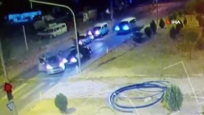 Aracıyla kaçmaya çalışan şahıs başka araca çarptı...Filmleri aratmayan uyuşturucu operasyonu kamerada
