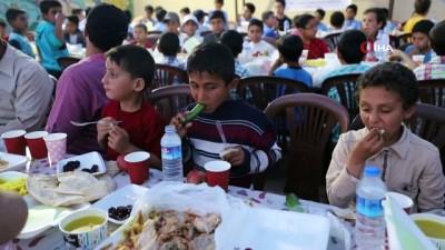 - Suriye'de bin kişiye iftar yemeği
