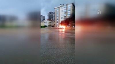 yangina mudahale - Afyonkarahisar'da arızalanan otomobil yandı
