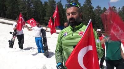 Bayramı 2 bin 700 rakımda kayak yaparak kutladılar - KARS