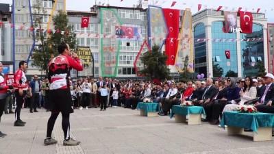 bisiklet -  Bisikletçiler Türkiye'yi dolaştırdıkları bayrağı zeybek eşliğinde teslim etti