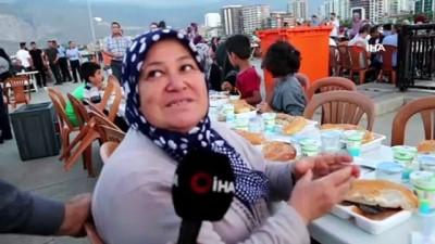 iftar sofrasi -  İskenderun'da her gün 1300 kişi iftara koşuyor
