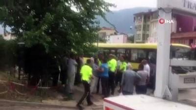 polis ekipleri -  Bursa'da otobüs şoförü ile yolcu birbirine girdi ortalık savaş alanına döndü