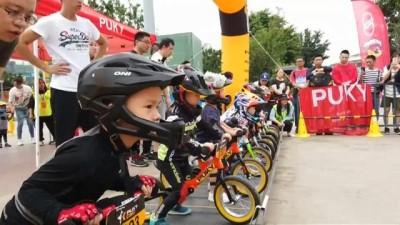 bisiklet - Çin'de küçük çocuklar pedalsız bisikletlerle kıyasıya yarıştı