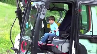 5 yaşındaki çocuk iş makinesini oyuncak gibi kullanıyor