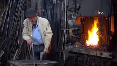 52 yıllık demir ustası 200 derecede demir döverek oruç tutuyor